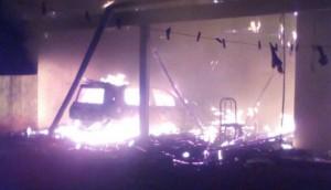 Itaipulândia: Veículo e edícula são destruídos por fogo; incêndio pode ter sido criminoso -