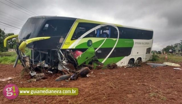 Acidente entre ônibus e caminhonete deixa dois mortos em Prudentópolis
