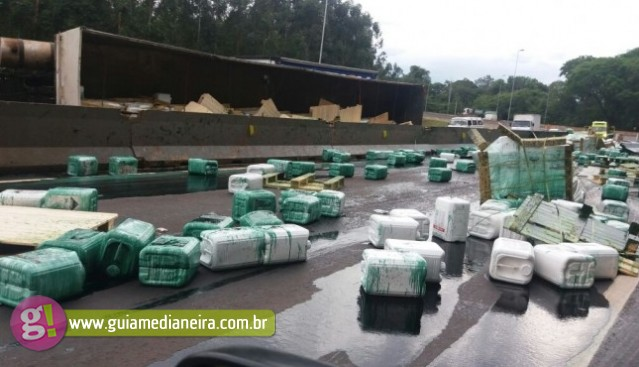 Caminhão com carga tóxica tomba e interdita BR-277 em Matelândia