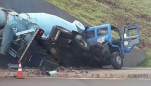 Matelândia: Caminhão sem freio colide em trincheira da BR 277 -