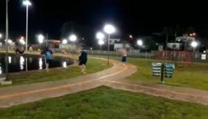 Vídeo de jovens pulando no chafariz da prefeitura de Medianeira viraliza e divide opiniões -