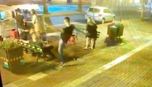Vídeo: Jovem fica desacordado após ser agredido com chute na cabeça no centro de Medianeira -