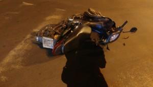 Medianeira: Caminhão passa por cima de motocicleta no centro -