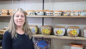 Artesã medianeirense reutiliza materiais para criar peças únicas através de mosaicos -
