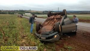 Veículo que seguia para Santa Helena capota na PR-495, em Dom Armando -