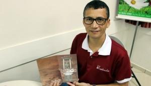 Essência: Escultor lança livro com histórias e inspirações de projeto  -