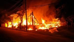 São Miguel: Incêndio de grandes proporções destrói barracão de madeireira -