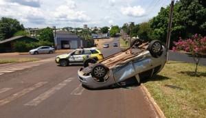 Medianeira: Veículo capota após ser atingido em cruzamento na Av. José Calegari -