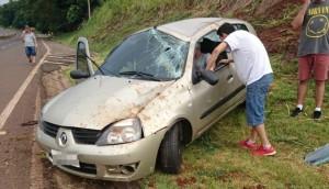 Veículo colide em barranco após saída de pista na BR 277 em Matelândia -