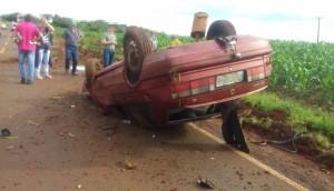 Duas pessoas foram socorridas após veículo capotar na rodovia PR495 -