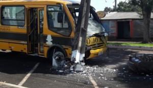 Matelândia: Colisão de micro-ônibus em poste deixa moradores sem energia elétrica -