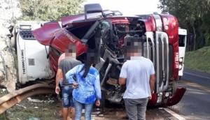 Carreta carregada de carne tomba na rodovia BR 277 entre Matelândia e Céu Azul -