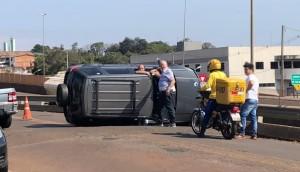Medianeira: Após colidir em ônibus, motorista embriagado foge, capota veículo e acaba preso pela PM -