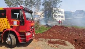 Medianeira: Bombeiros são acionados para controlar incêndio em terreno baldio -