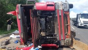 PRF atende acidente de tombamento de Caminhão em Matelândia -