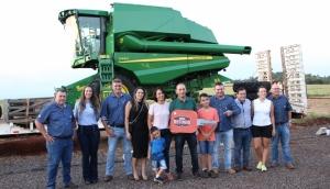 Disam Medianeira entrega máquina colheitadeira para vencedor do Clube do Refúgio  -