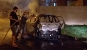 Veículo fica destruído em incêndio no Loteamento Padre Rick em Missal -