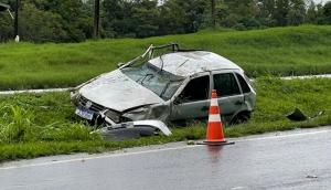 Gol fica destruído após aquaplanar e capotar na BR 277, entre Matelândia e Medianeira -