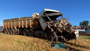 Vídeo mostra acidente envolvendo carretas no trevo em São Miguel do Iguaçu -