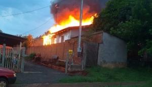 Medianeira: Bombeiros são acionados para combater incêndio no B. Parque Alvorada -